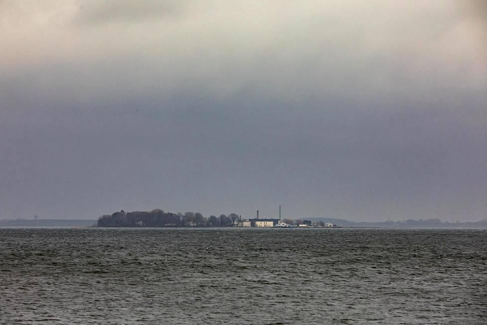 Lindholmin saari sijaitsee Etelä-Tanskassa parin kilometrin päässä lähimmästä rannasta keskellä Stegenlahtea. Virustutkimuskeskuksen vaaleat rakennukset näkyvät rantaan asti.