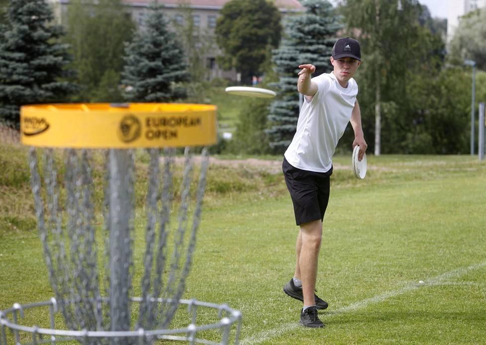 Väinö Mäkelä harjoitteli puttaamista Nokilalla kesällä 2019.