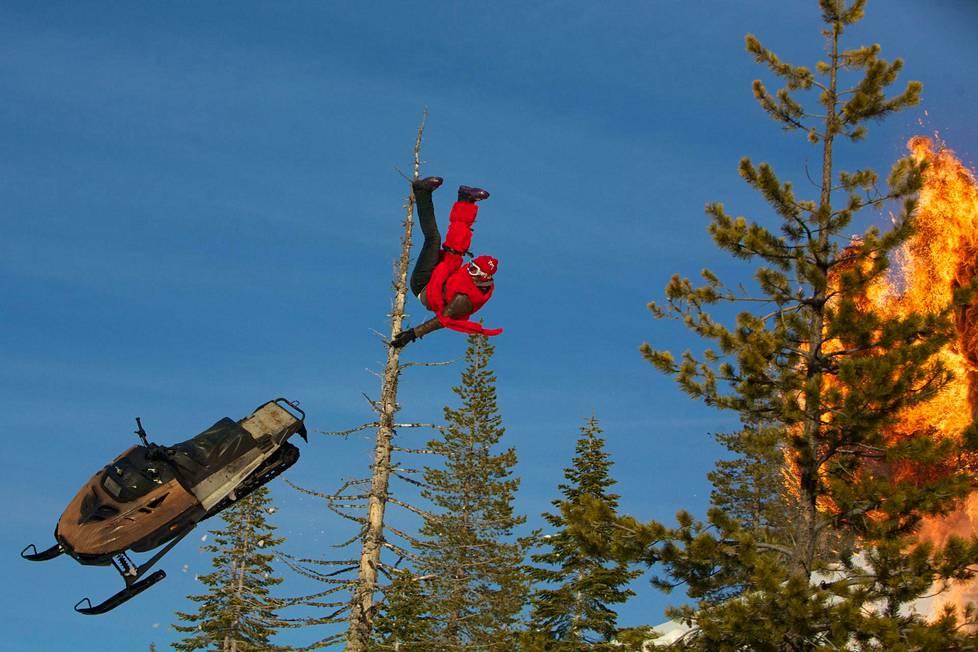 HP Parviainen lumikelkkailee. Duudsonit haastoivat Jackassit kilpailemaan King of the Mountain -tittelistä vuonna 2010.