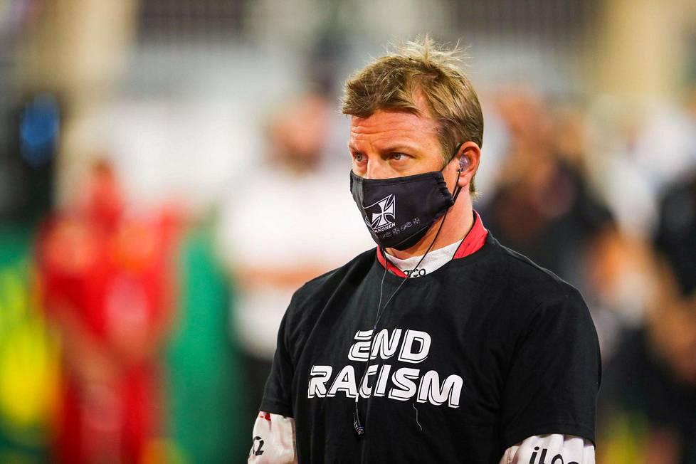 Kimi Räikkönen rasismin vastaisessa t-paidassa ja koronamaskissa joulukuun alkupuolella. Korona ja rasismin vastustaminen ovat olleet tällä kaudella tärkeitä puheenaiheita myös formulamaailmassa.