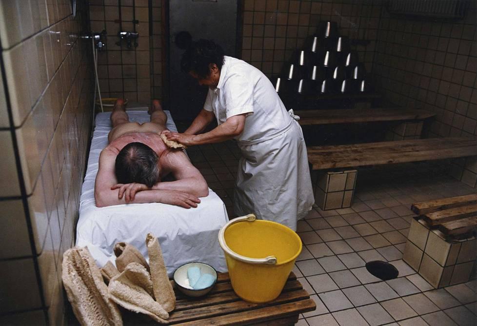 Lika irtoaa ihosta Arlan saunalla. Kuva vuodelta 1993.