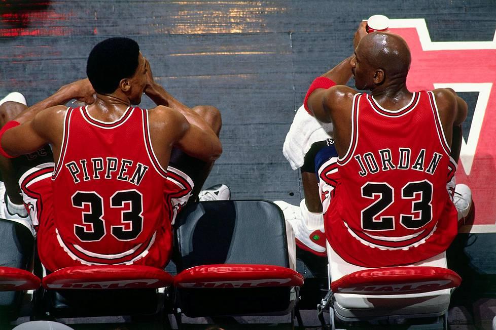 Scottie Pippen (vas.) ja Michael Jordan kuvattiin 27. tammikuuta1998 poikkeuksellisesti vaihtopenkillä.