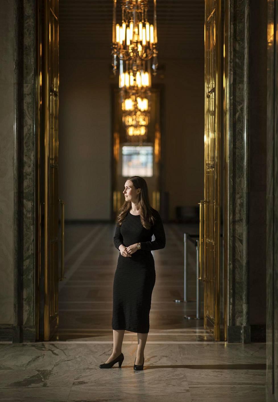 Pääministeri Sanna Marin Eduskunnan valtiosalin ovella perjantaina.
