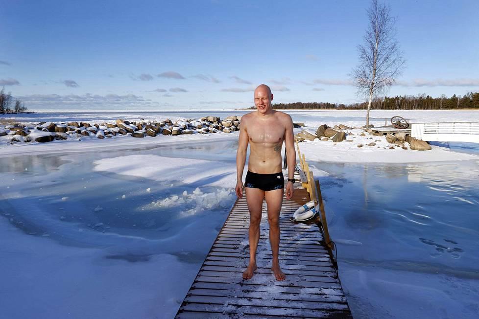 Matti Mattsson kävi avannossa kotiseudullaan Eurajoen Luvialla.