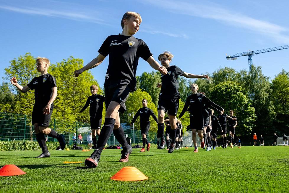 Reko Huhtamäki (edessä) johti muita pelaajia harjoitusten lämmittelyjuoksuissa.