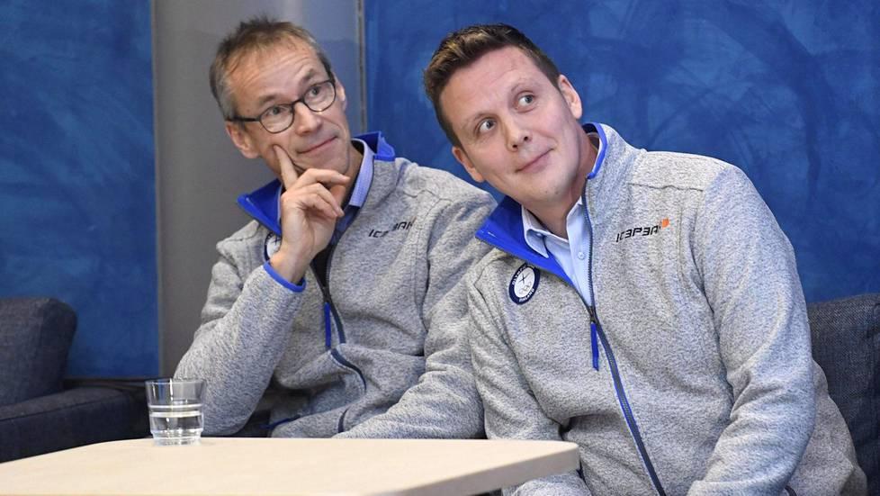 Naisten ja miesten maajoukkueiden päävalmentajat Pasi Mustonen (vas.) ja Lauri Marjamäki kurkistavat kohti olympialaisia.