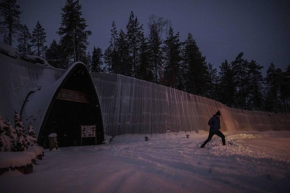 Maan alle rakennettu joulupukin teemapuisto Santapark Rovaniemellä on suljettu. Toimitusjohtaja Ilkka Länkinen on sammuttanut valot.
