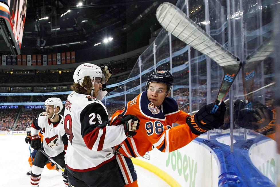 Arizonan Mario Kempe (29) taksalsi Edmontonin Jesse Puljujärveä NHL-ottelussa tammikuussa 2019.