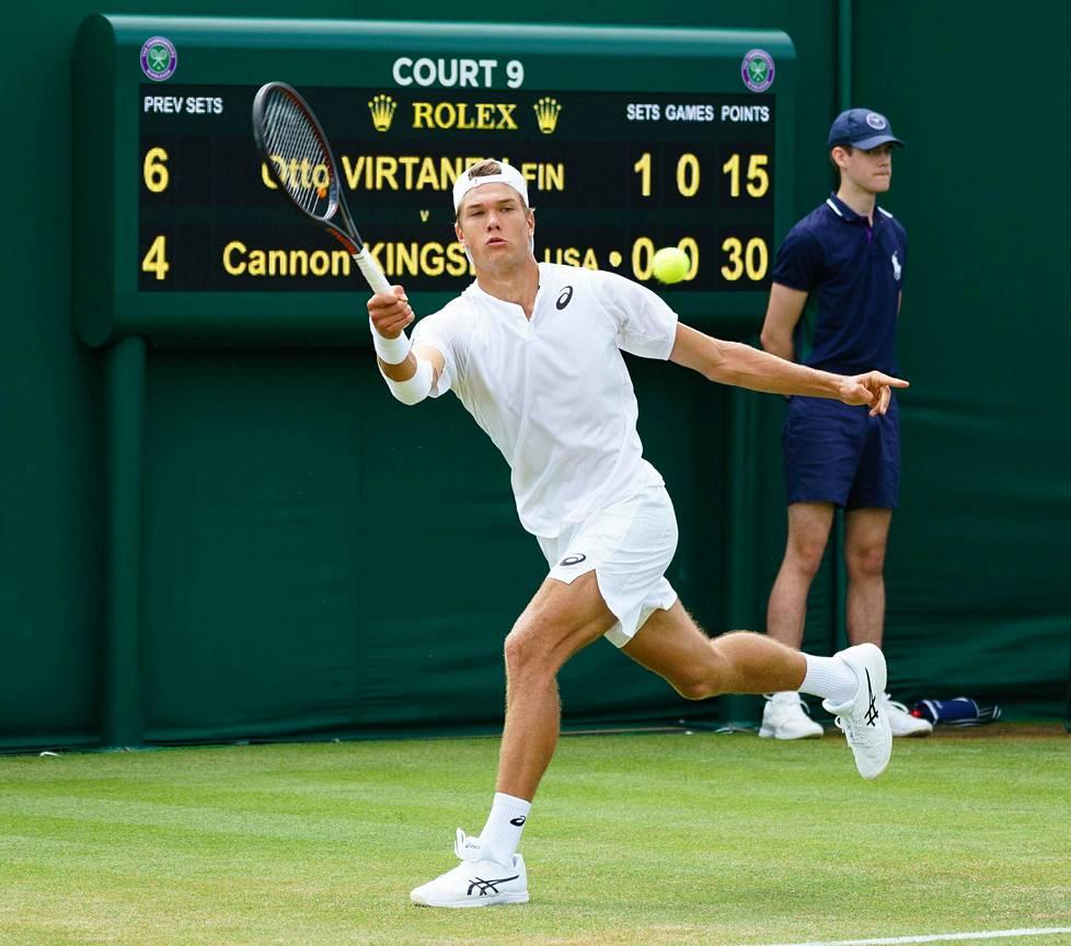 Otto Virtanen pelasi viime kesänä Wimbledonin tennisturnauksen nuorten sarjassa. Avausottelussa Cannon Kingsleytä vastaan käsi oli niin kipeä, että Virtanen syötti alakautta, ja Kingsley voitti.