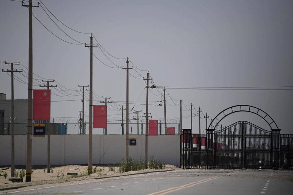 """Toukokuussa 2019 otettu kuva tieltä, joka johtaa yhteen uiguurivähemmistölle tarkoitettuun keskitysleiriin Xinjiangin alueella Kiinassa. Arviolta miljoona uiguuria on pakotettu leireille, joista Kiina kutsuu """"uudelleenkoulutusleireiksi""""."""