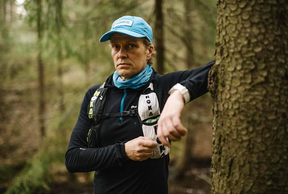 Ultrajuoksija Jarkko Aspegren harjoitteli toukokuun alussa Kuivasojan varrella Oulun Rajakylässä.