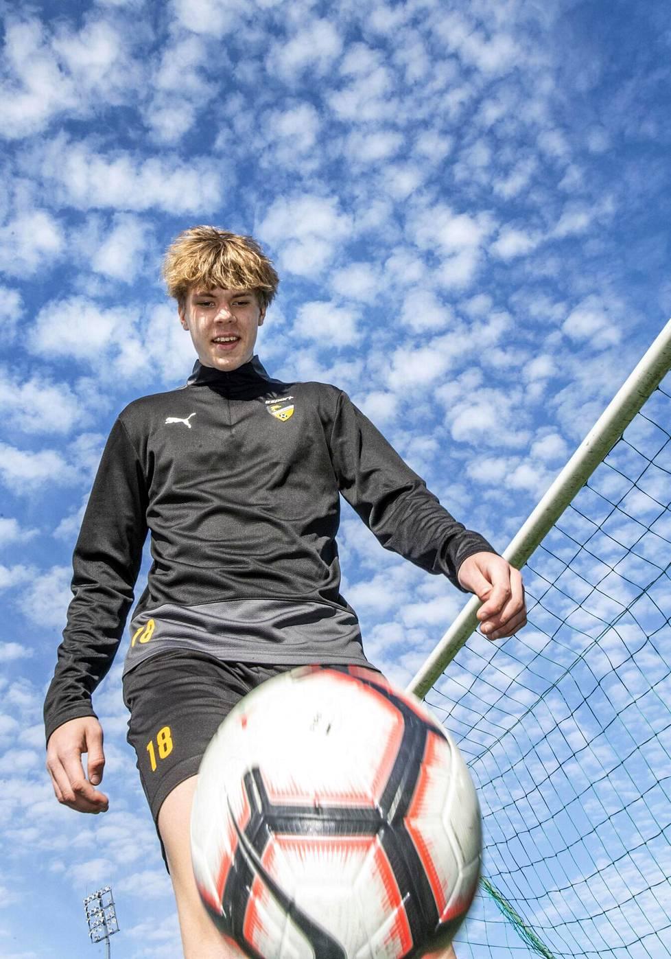 Hongan Niklas Pyyhtiän, 17, yhtenä unelmana on päästä pelaamaan Mestarien liigassa.