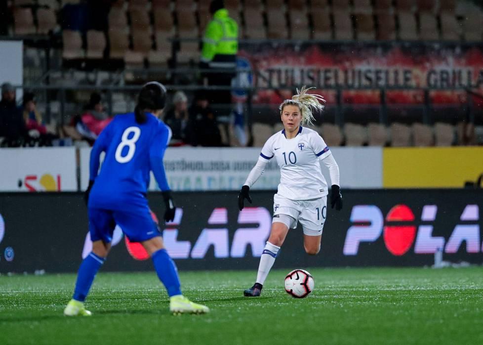 Emmi Alanen kuuluu Suomen jalkapallomaajoukkueen luottonimiin.