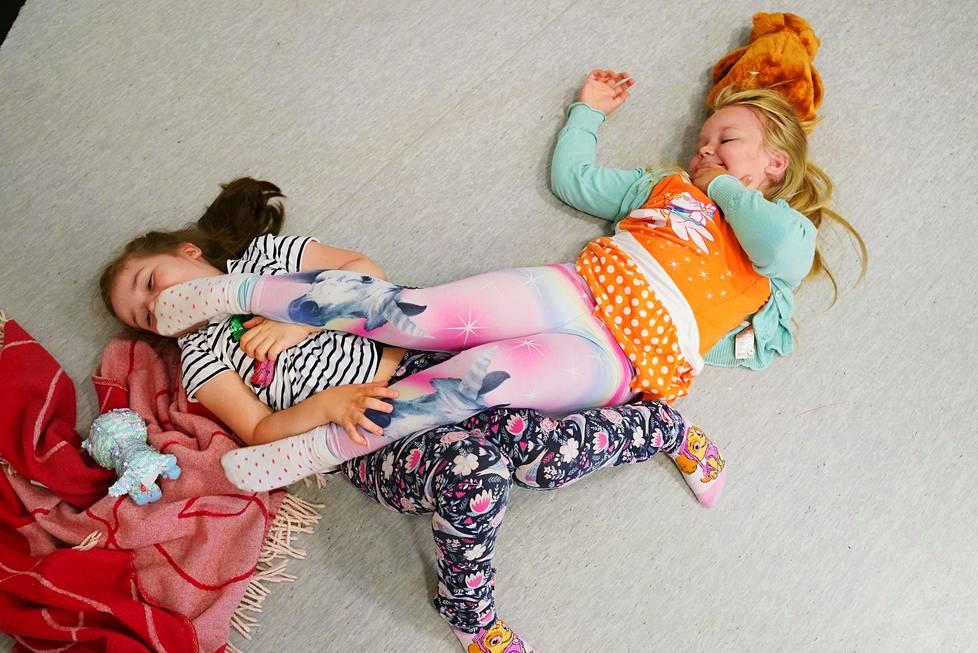 Eskarityttöjen kotileikissä Dea (vas.) on isosisko ja Netta Kosonen vauva. Tämän kotileikin perheessä on tänään riehumispäivä.