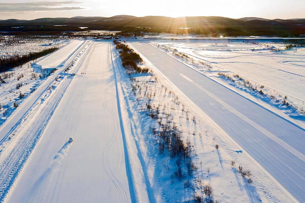 Auto- ja rengasteollisuuden testauskeskukset ovat matkailun ohella Inarin talouden selkärankoja. Mellanaavan jängälle rakennettu jättimäinen Test World -testauskeskus on Inarin suurin.