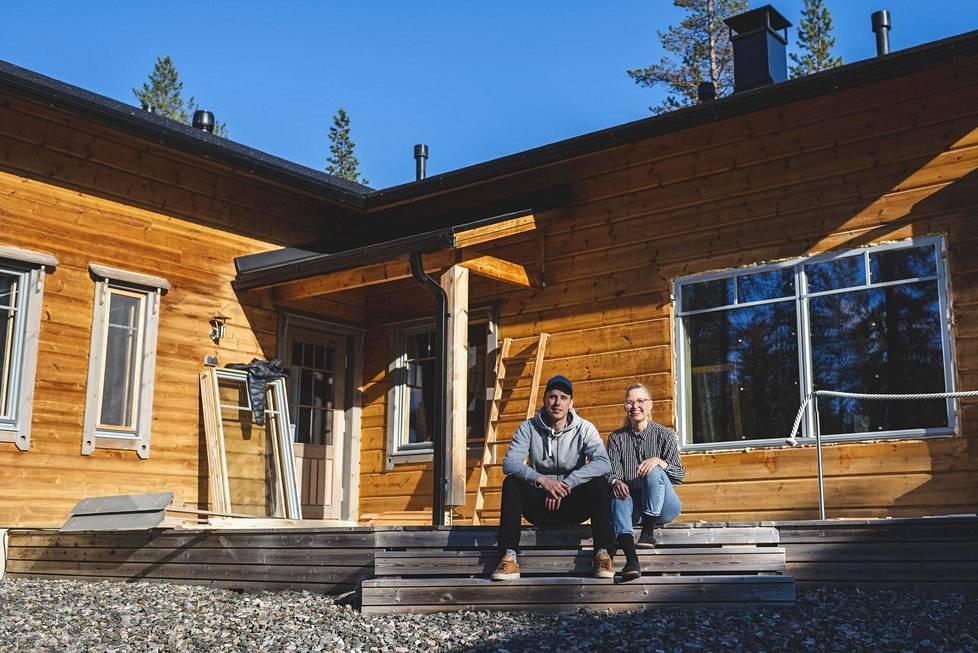 Noora Nietosvuori-Nummi ja Saku Nummi muuttivat kuun vaihteessa hirsitaloon Kolarin Äkäslompoloon.