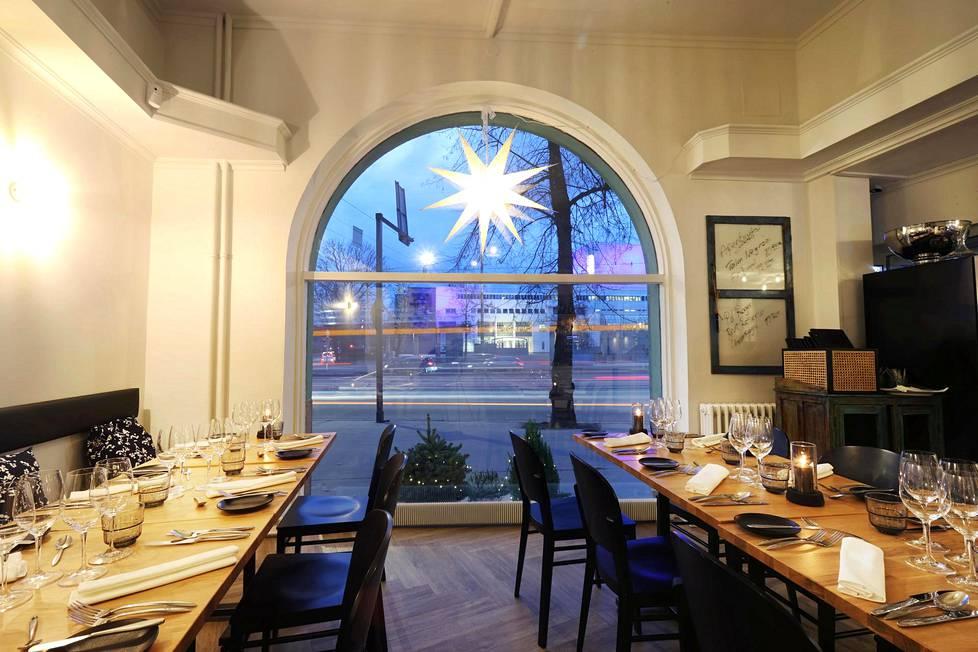 Ravintola Aino muutti Esplanadilta Mannerheimintielle oopperaa vastapäätä.