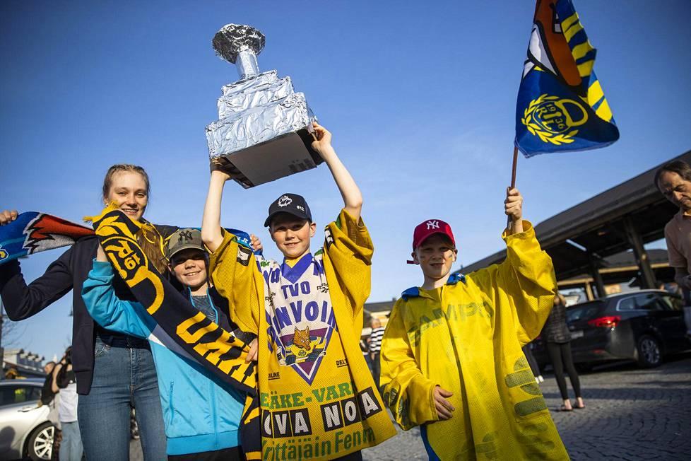 Lukon mestaruutta juhlimassa Helena Viljanen (vas.), Jukka Viljanen, Timo Viljanen ja Pekka Viljanen. Timolla oli mukanaan itse tehty pokaali.