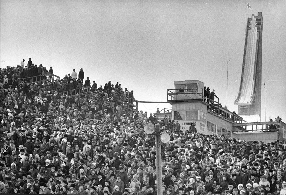 Kallis uusi suurmäki jäi katsojien selän taakse, kun avajaiskilpailu 5. maaliskuuta 1972 siirrettiin vanhaan puumäkeen.