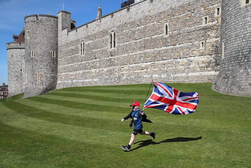 Britannian lippu liehui lapsen riehakkaassa käsittelyssä Windsorin linnan ulkopuolella prinssi Philipin hautajaisten aikana.