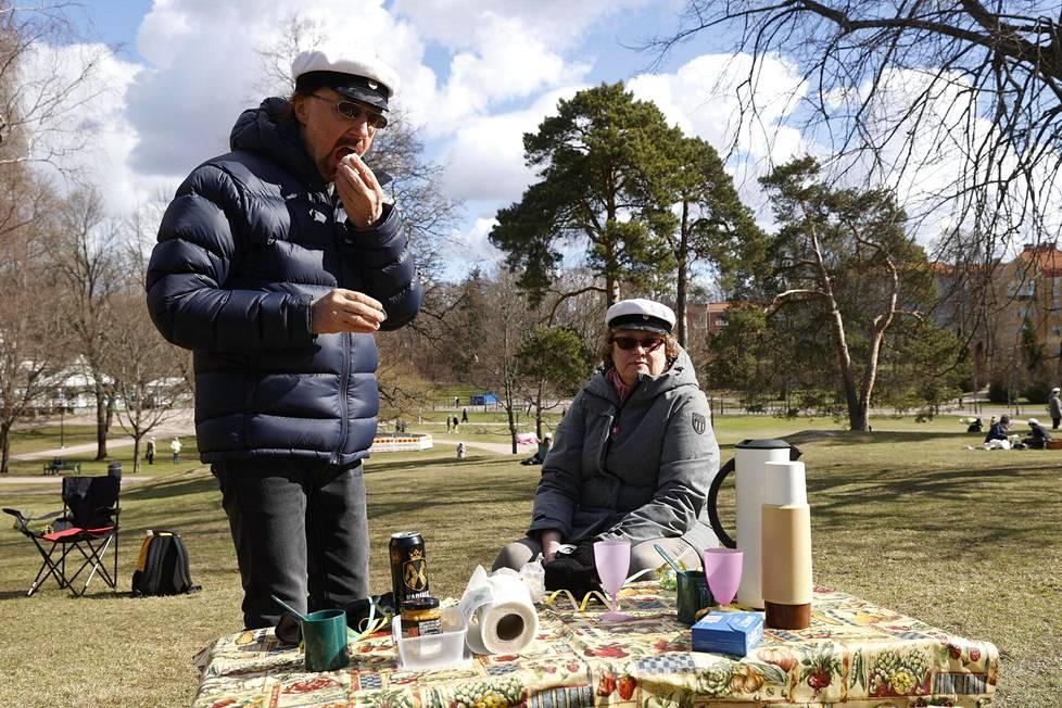 Vantaalaiset Jukka ja Anja Wallin ovat paria poikkeusta lukuunottamatta viettäneet vapunpäivää Kaivopuistossa jo 30 vuotena.