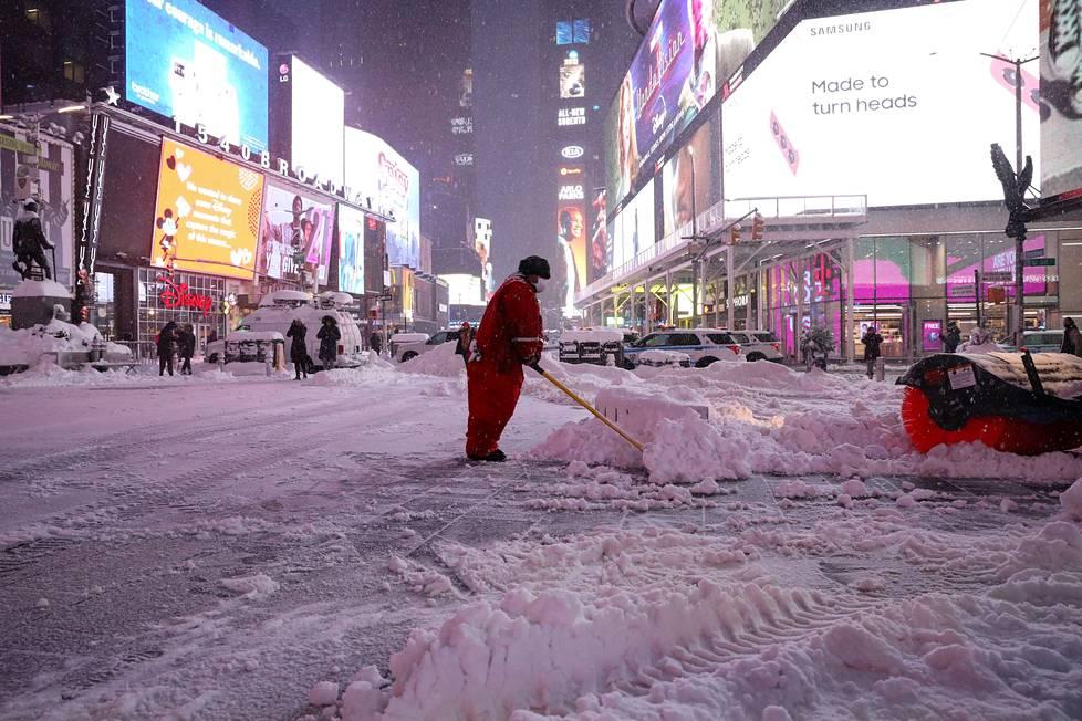 Times Squarea puhdistetaan lumesta.