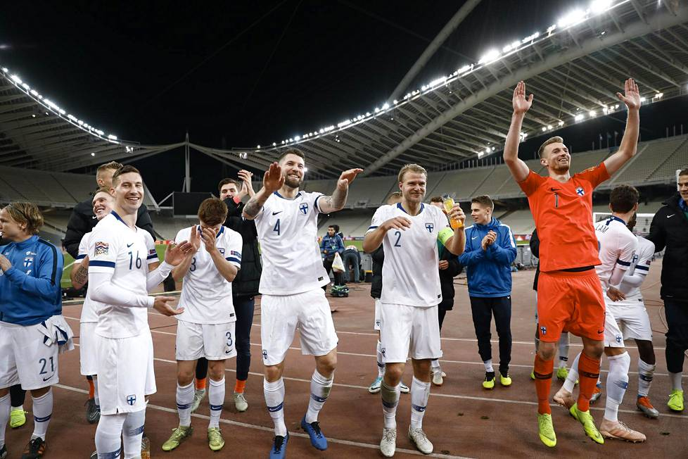 Suomen A-maajoukkue juhli Kansojen liigan C-liigan lohkovoittoa Ateenassa.