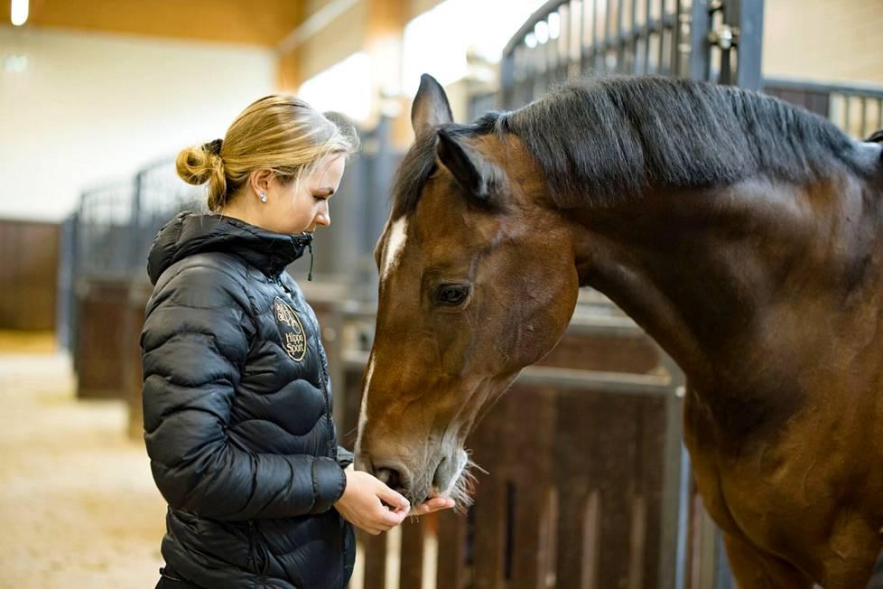 Janni Martikaisen Cornando-hevonen on jo 19-vuotias. Se on kärsinyt sairasteluista.