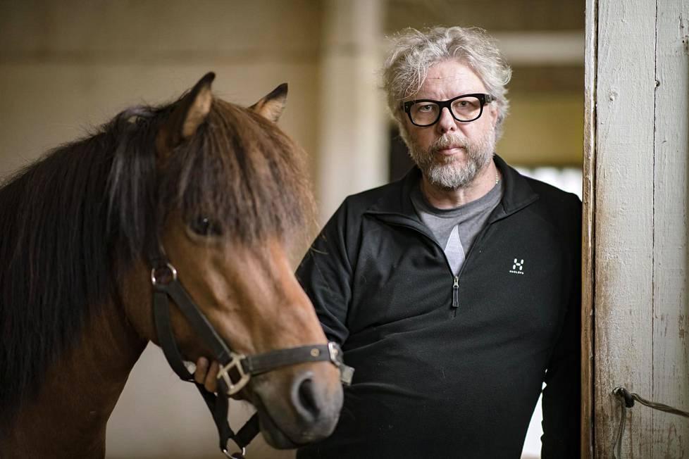 Hevoset kuuluvat Harri Virtasen elämään ja tekevät myös terapiatyötä omistajansa kanssa.