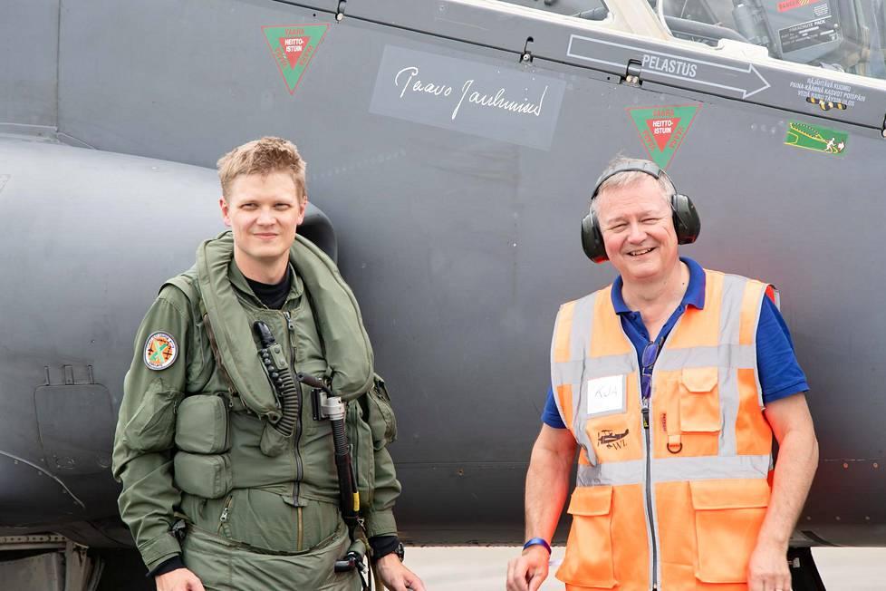 Tero Janhunen ja Kari Janhunen elokuussa Kauhavalla lentonäytöksessä. Hawkin kyljessä näkyy nimikirjoitus Paavo Janhunen, joka toi ensimmäisen Hawkin Suomeen 40 vuotta sitten.