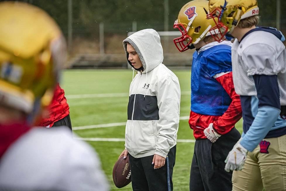 Amerikkalaisen jalkapallon kuusivuotiaana aloittanut espoolainen Nana Olavuo, 20, valmentaa kesällä Wasa Royalsin miehiä.