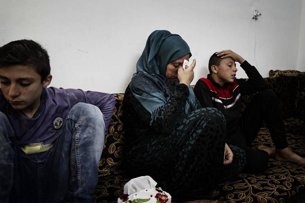 Jamila Ali poikiensa Saudin (vas) ja Ahmadin kanssa Pohjois-Irakin Kurdistanissa Shawesissa.