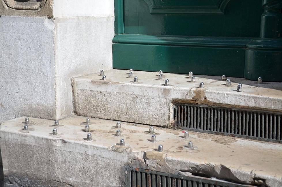 Ranskan Marseillessa kuvatut rappuset, joissa on metallisia piikkejä.