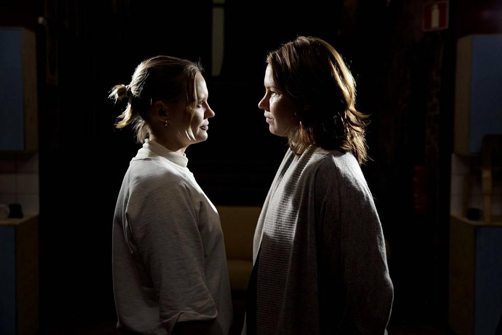Siskokset Ruusu (vas.) ja Seidi Haarla ovat molemmat valmistuneet Teatterikorkeakoulusta. Ruusu ohjaajaksi, Seidi näyttelijäksi.