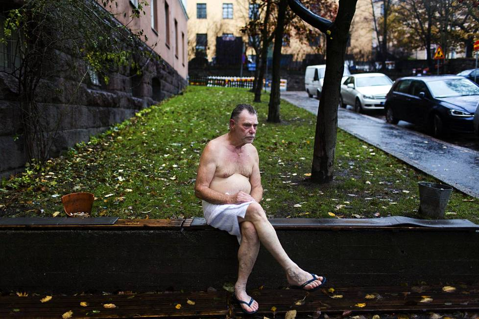 Peter Schild vilvoitteli Kotiharjun saunan ulkopuolella marraskuisena päivänä 2014.