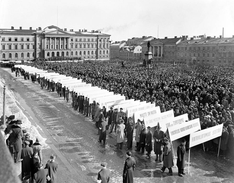 Suurmielenosoitus Senaatintorilla Helsingissä Suomen toistaiseksi  viimeiseksi jääneen täysmittaisen yleislakon aikaan vuonna 1956.