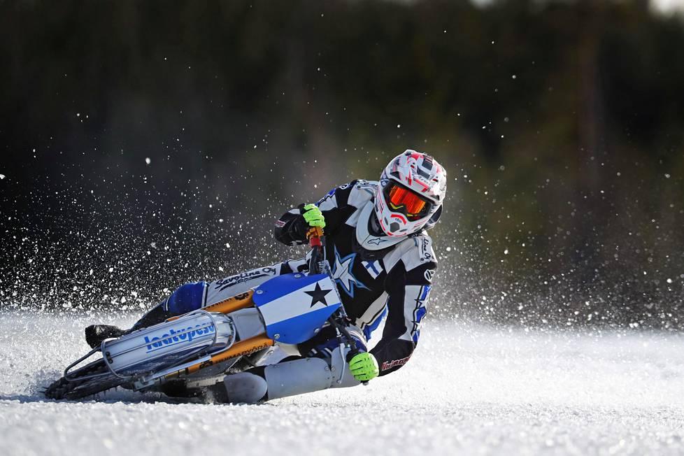 """""""Vasemmalla jalalla on enemmän suojauksia, kun se on pyörän ja jään välissä"""", sanoo jääspeedwaykuski Mikko Jetsonen."""