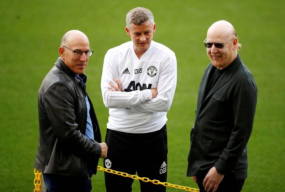 Manchester Unitedin manageri Ole Gunnar Solskjær (kesk.) tapasi Joel ja Avram Glazerin Barcelonan Camp Noulla huhtikuussa 2019.