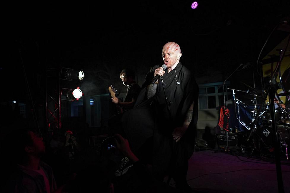 Kanadalainen laulaja Joe Henley on Dharman ainoa ulkomaalainen.
