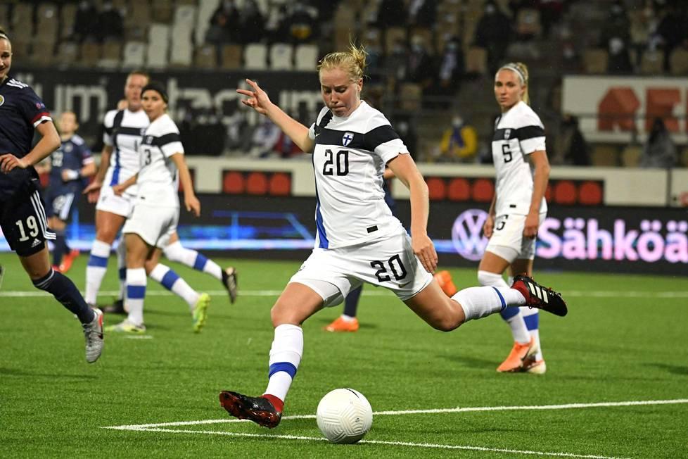Eveliina Summanen pelasi jalkapallon naisten EM-karsintaottelussa Skotlantia vastaan Helsingissä lokakuussa.
