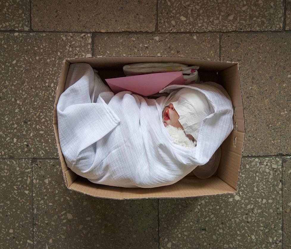 Uusi nukke valmiina toimitettavaksi uudelle äidille. Mukana tulee vaatekerta ja syntymätodistus. Pitkäaikaiset projektit, 2. palkinto.