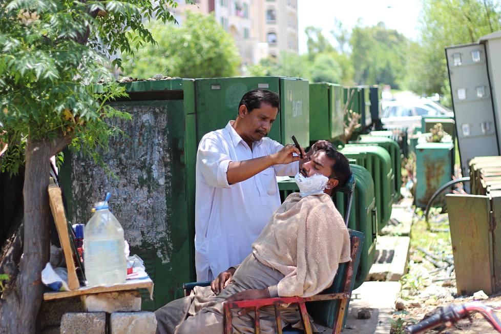 Abad Ali avasi parturinpuotinsa vasta muutama päivä sitten Islamabadissa. Rajoitukset iskivät häneen pahasti, eikä hän saanut ostettua ruokaa velaksi.