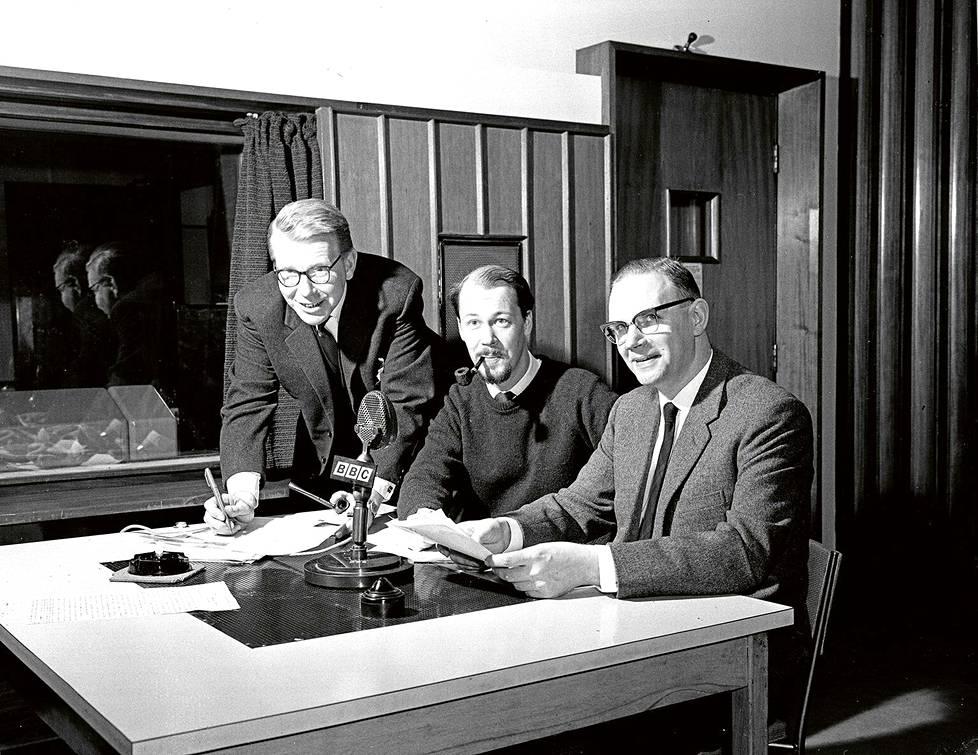 Erkki Arni (vas.) teki pitkan uran BBC:ssa ja toimi lyhyen aikaa toimituksen päällikkona. Kirjailija Matti Rossi heratti pahennusta rohkeilla radiohupailuillaan. Heimo Tauriainen tuli BBC:n jalkeen suomalaisille tutuksi Ylen tv-uutisten ankkurina.