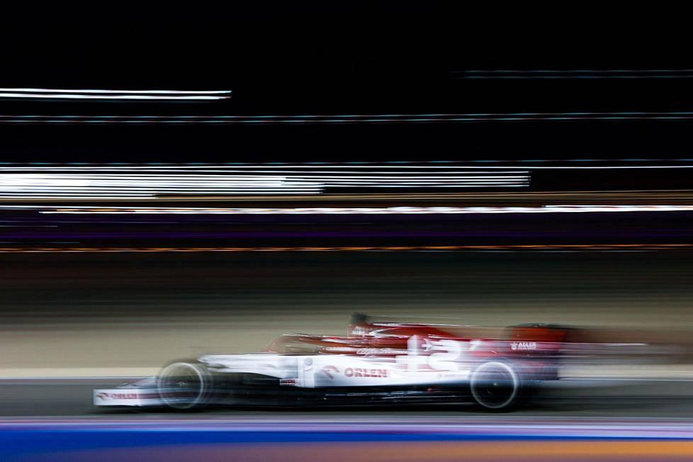 Kimi Räikkönen vauhdissa radalla.