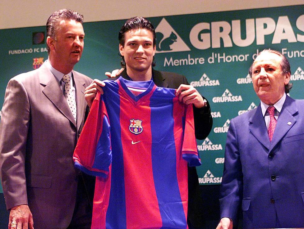 Jari Litmanen esiteltiin tiedotusvälineille Camp Noun stadionilla. Vasemmalla päävalmentaja Louis van Gaal ja oikealla FC Barcelonan presidentti Josep Lluis Nunez.