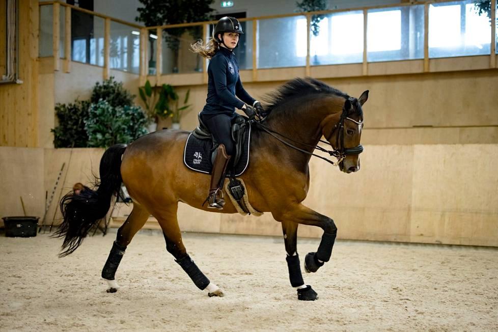 Janni Martikaisen Cornando-hevonen opi monien yllätykseksi vielä vanhana grand prix -tason liikkeet.