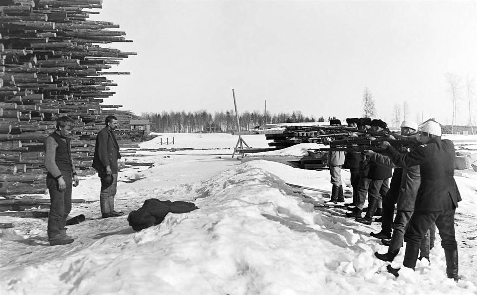 Valokuvaaja Ivar Ekström otti Varkauden teloituksista kuvan, josta tuli kuuluisa. Varkaudessa helmikuussa 1918 valkoiset teloittivat ainakin noin 200 punaista. Se oli sodan ensimmäisiä suuria teloituksia.