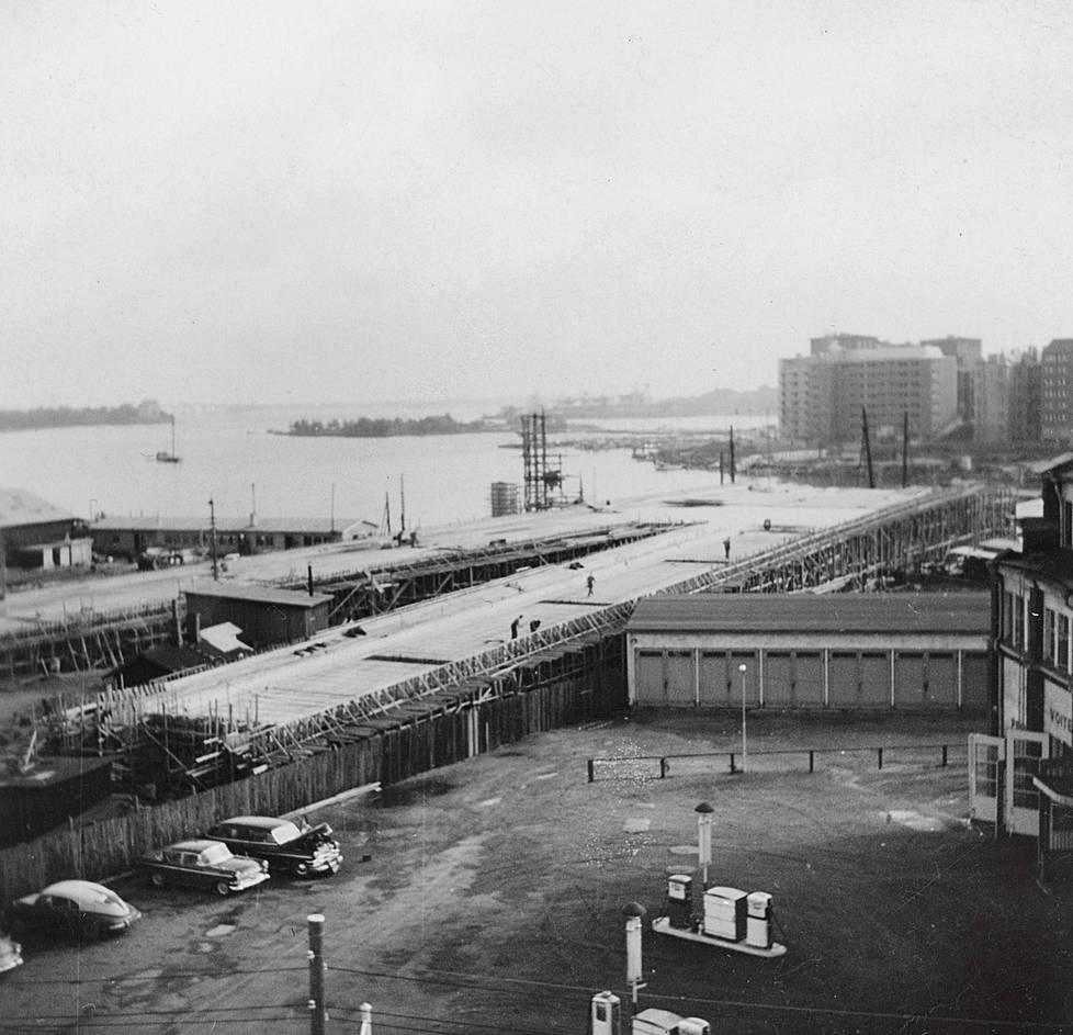 Martti Lintunen kuvasi siltatyömaata kotinsa ikkunasta Hakaniemenkadulla vuoden 1961 alkupuolella.