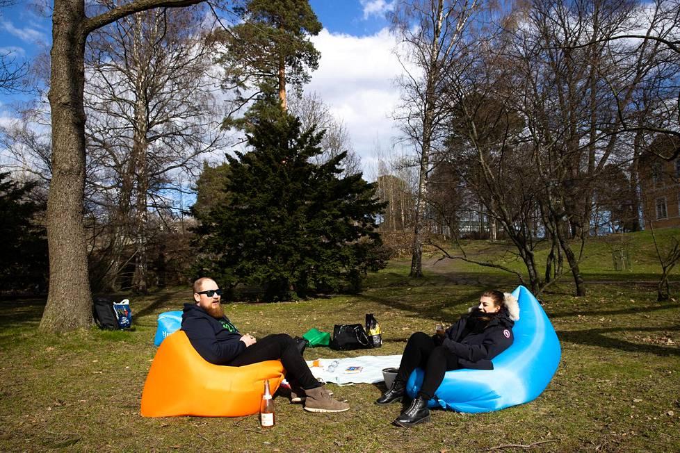 Töölön Sibeliuksenpuistossa oli tilaa pitää turvavälejä. Lasse Luomakoski ja Ira Kajander odottelivat kavereitaan grillailemaan.