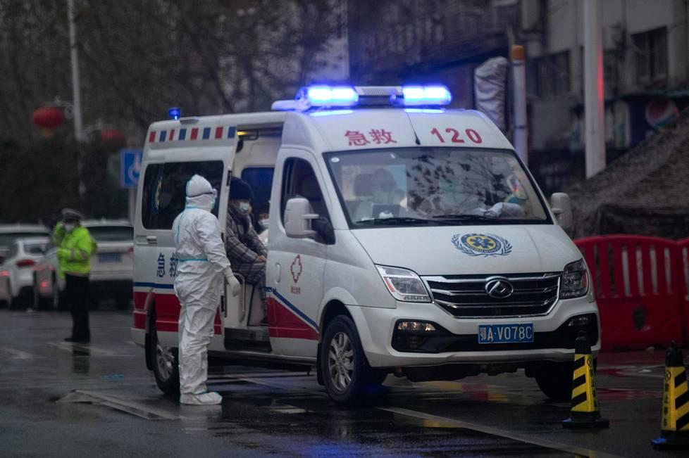 Ambulanssi seisoi koronapotilaita hoitavan Punaisen Ristin sairaalan luona Wuhanissa 23. tammikuuta.